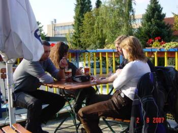 v. li. Sascha, Zita, Mario, Mario´s Frau  vor einer Kneipe in FFB